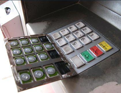 ปุ่มกดปลอมที่ใช้คู่กับเครื่องอ่านบีตรปลอมจดจำรหัสและเก็บข้อมูล