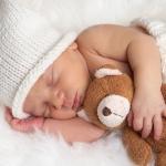 การนอนกับท่านอนสำหรับเด็กในเตียงเด็ก